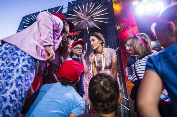 Impreza była adresowana głównie do najmłodszych słuchaczy, dlatego to z myślą o nich dopracowano wszelkie detale. Prowadzący często zapraszali je na scenę i dzielili się z nimi mikrofonem. Na zdj. Agnieszka Hyży z publicznością.