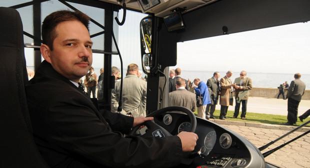 Hubert Kołodziejski gdyńską komunikacją pokieruje od 1 lipca. Na zdjęciu, jako przew. zarządu MZKZG, sprawdza wygodę kabiny kierowcy w zamówionych przez Gdynię autobusach zasilanych CNG.