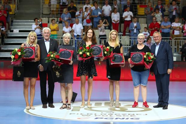 Szczypiornistki w kolejności od lewej: Agnieszka Wolska, Małgorzata Gapska, Karolina Szwed-Orneborg, Karolina Siódmiak i Patrycja Kulwińska zostały oficjalnie pożegnane przez ZPRP przy okazji meczu, który przypieczętował awans Polek na ME.