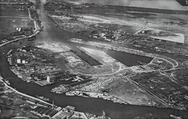 Wyspa Ostrów, gdzie podczas II wojny światowej produkowano m.in. okręty podwodne na potrzeby niemieckiej marynarki wojennej.  Obecnie znajduje się tutaj Gdańska Stocznia Remontowa im. Piłsudskiego. Fotografia z przełomu lat 20. i 30. XX wieku.
