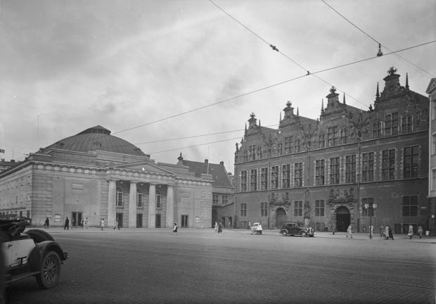 Po lewej stronie widać dawny gmach teatru przy Targu Węglowym. To właśnie przed wejściem do tej budowli wystawiono trumny z ciałami ofiar nalotu z 11 lipca 1942 roku na widok publiczny. Fotografia z przełomu lat 30. i 40. XX wieku.