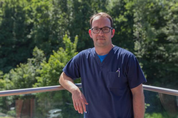 Dr Paweł Kabata swoją przygodę z chirurgią rozpoczął jako lekarz stażysta w Klinice Chirurgii Onkologicznej Gdańskiego Uniwersytetu Medycznego, w której pracuje do tej pory. Jest również aktywny w mediach społecznościowych, gdzie kryje się pod nickiem Chirurg Paweł.