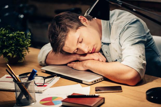Według Kodeksu pracy co najmniej jedna część wypoczynku powinna trwać nie mniej niż 14 kolejnych dni kalendarzowych. Ma to zapewnić odpowiedni wypoczynek pracownika.