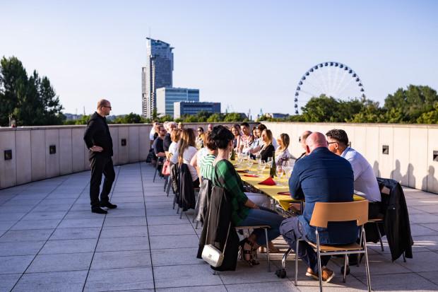 W kolacji na dachu Muzeum Miasta Gdyni wzięło udział ponad trzydzieści osób.