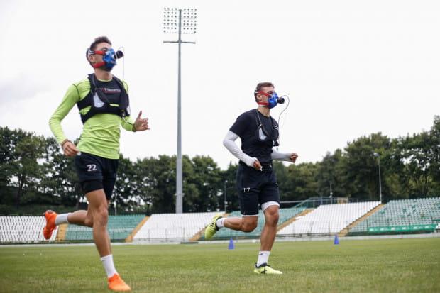 Od jakości przygotowań zależy cel, który Lechia Gdańsk postawi piłkarzom na nowy sezon, a także kolejne ruchy transferowe. Na zdjęciu: Lukas Haraslin i Filip Mladenović podczas testów wydolnościowych.