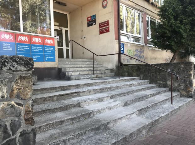W budynku, w którym znajduje się Miejski Zespół ds. Orzekania o Niepełnosprawności nie ma podjazdu dla wózków.