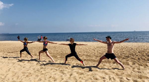 Joga na plaży to m.in. piękne okoliczności przyrody.