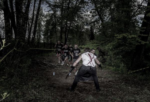 Zombi starający się odebrać biegaczom szarfy.