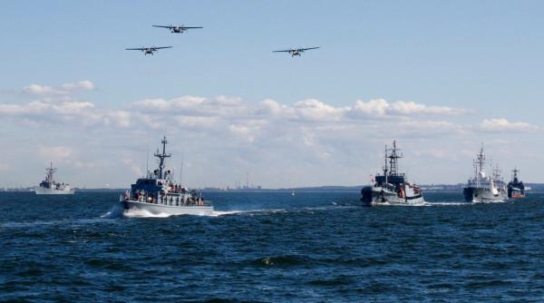 Parada morsko-lotnicza zawsze przyciąga najwięcej widzów.