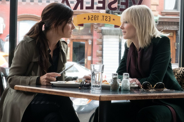 Debbie Ocean (Sandra Bullock), siostra słynnego brata, Danny'ego, po wyjściu na wolność śmiały plan kradzieży drogocennego naszyjnika wyjawia najlepszej przyjaciółce i byłej partnerce w przestępczym fachu, Lou (Cate Blanchett). Obie panie przystępują do rekrutacji tytułowej ekipy, która zgarnie biżuterię wartą 150 mln dolarów z szyi hollywoodzkiej aktorki, Daphne Kluger (Anne Hathaway).