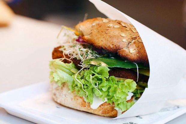 We wrzeszczańskiej burgerowni wegańskiej Krowarzywa zjemy burgery z kotletami z przeróżnych składników - ciecierzycy, seitanu, kaszy jaglanej, a nawet pokrzywy.