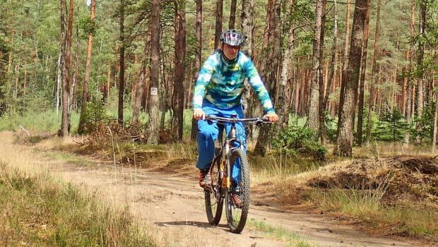 Szlak rowerowy w dużej mierze wiedzie przez lasy, szerokimi drogami gruntowymi