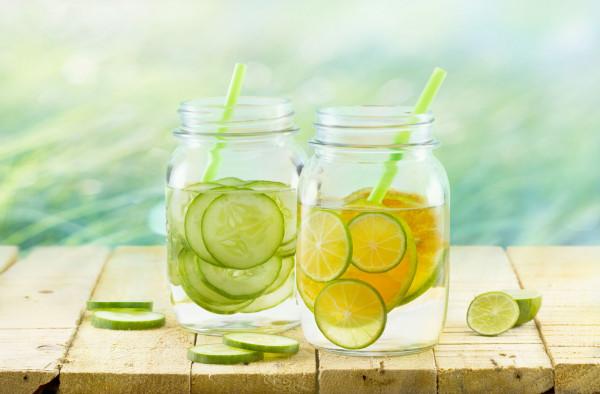 Jeśli nie lubimy smaku wody można ją urozmaicić owocami.