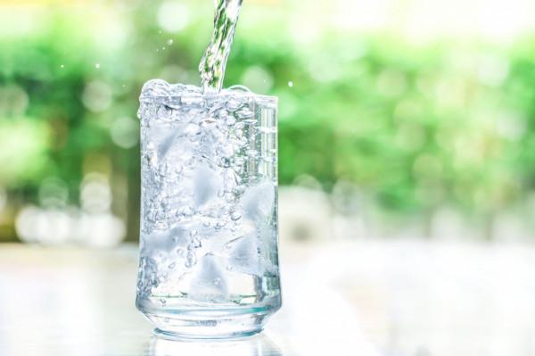 Średnio powinniśmy wypijać około 1,5-2 l płynów dziennie.