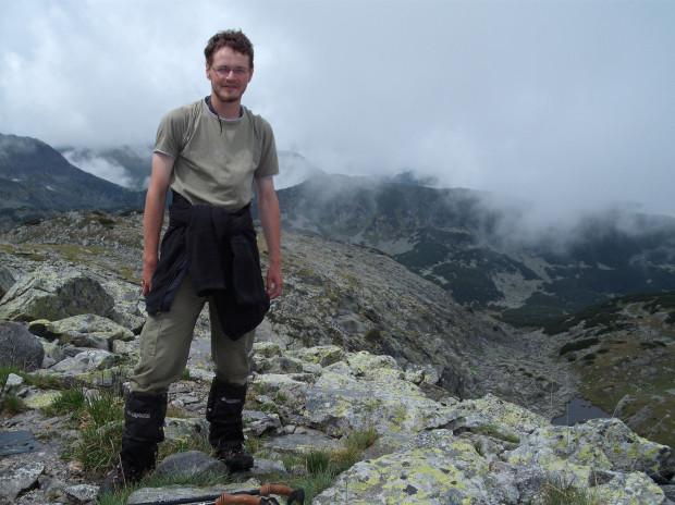 """""""Okazało się, że już po górskiej wędrówce wylądowałem w domu w Płowdiwie u poznanego w górach bułgarskiego kolegi, zobaczyłem, jak wygląda życie bułgarskiej rodziny. To było jak przejście na drugą stronę lustra, pomyślałem: ejże - ci ludzie są tak gościnni, że mogę być kimś więcej niż turystą, mogę ich bliżej poznać, mogę tak poznawać inne kraje."""""""