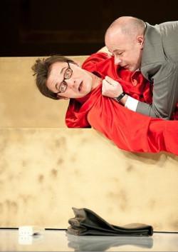 W perypetiach Pierre`a (Grzegorz Wolf, na dole)  Francis (Bogdan Smagacki) jest jak koszmar z niskobudżetowego horroru - śmieszy i przeraża jednocześnie. Poczucie obowiązku niekiedy popycha Francisa do zbyt śmiałych propozycji.