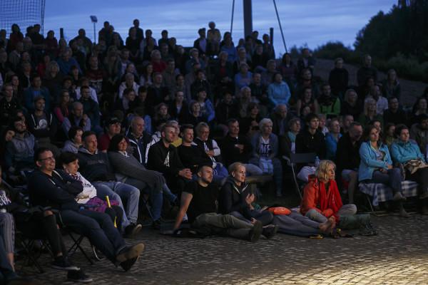 Od kilku lat spektakle są grane pod zadaszeniem, co z pewnością wpływa na rekordową frekwencję. W tym roku siedem spektakli Teatru Wybrzeże zagranych zostanie w Pruszczu Gdańskim w sumie osiem razy.