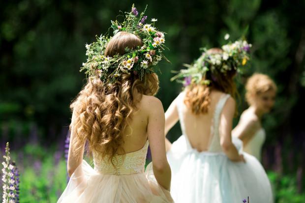 Lato sprzyja kwiatom, także tym we włosach.
