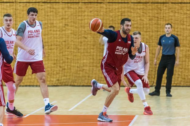 Adam Hrycaniuk (z piłką) wierzy, że uda się zatrzymać pod koszem gwiazdy reprezentacji Litwy.