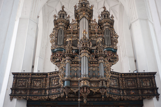 Znajdujące się obecnie w bazylice Mariackiej organy są dziełem firmy braci Hillebrand z Hanoweru. Prospekt natomiast, wraz z grającymi piszczałkami, pochodzi z organów Mertena Friese z 1627 r. z kościoła św. Jana.
