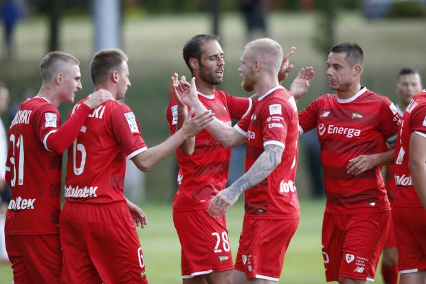 Flavio Paixao (nr 28) przyjmuje gratulacje od kolegów po zwycięstwie nad Bytovią, w którym strzelił zwycięskiego gola w doliczonym czasie gry. Czy to on zostanie nowym kapitanem Lechii?