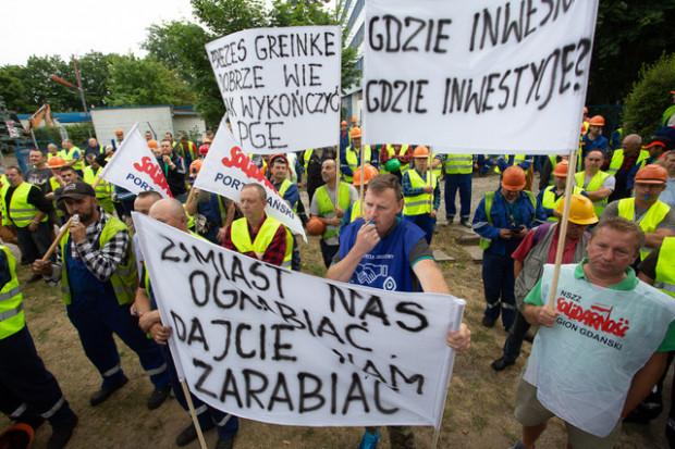 Swoje niezadowolenie wyrazili przedstawiciele Wolnego Związku Zawodowego Pracowników Gospodarki Morskiej Port Gdański Eksploatacja oraz NSZZ Solidarność wPGE.