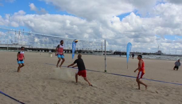 Na plaży przy wejściu nr 23 w Sopocie, bez względu na to, jaka będzie pogoda, w lipcu w każdy piątek turnieje siatkówki dla młodzieży, a w sobotę rozgrywki dla wszystkich chętnych. Start jest bezpłatny. Na zwycięzców czekają nagrody.