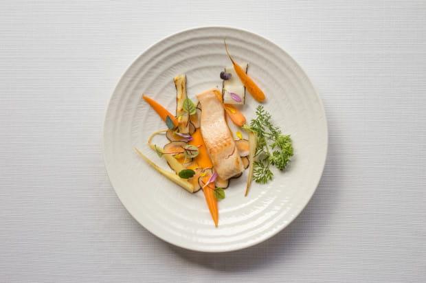 Troć wędrowna, smażona i marynowana w occie ryżowym  marchew i skorzonera, majonez koperkowy, olej z jagody rokitnika w Żabusi