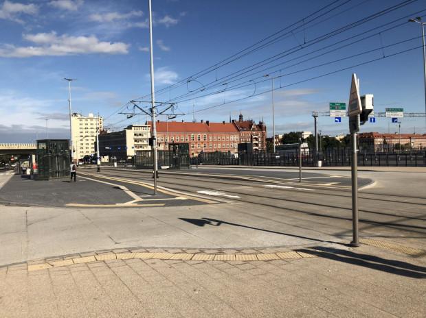 Chociaż od otwarcia Forum Gdańsk minął ponad miesiąc, na węźle przesiadkowym obok kompleksu nie zatrzymują się żadne autobusy.
