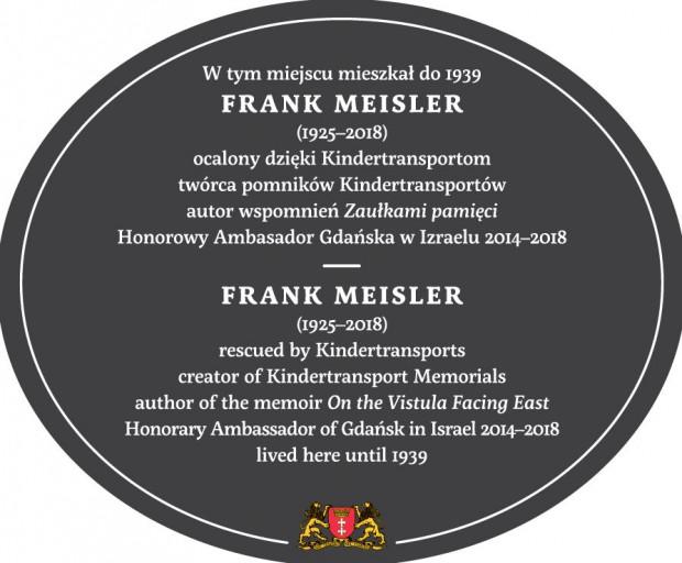 Na tablicy poświęconej Frankowi Meislerowi umieszczono napisy w dwóch językach: polskim i angielskim. Tak ma być w przypadku większości podobnych tablic.