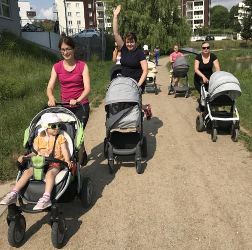 Zajęcia BuggyGym, czyli aktywne spacery z wózkami to propozycja dla mam, które chcą bezpiecznie i własnym tempem wrócić do formy.