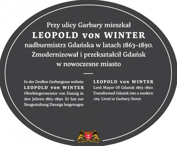 Na tablicy poświęconej Leopoldowi von Winterowi umieszczono napisy w trzech językach: polskim, niemieckim i angielskim.