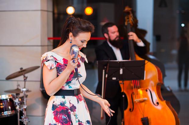 Muzyka nie tylko łagodzi obyczaje, ale również wprawia w nas dobry nastrój i wprowadza odpowiedni klimat, zwłaszcza gdy możemy posłuchać jej na żywo w restauracji.
