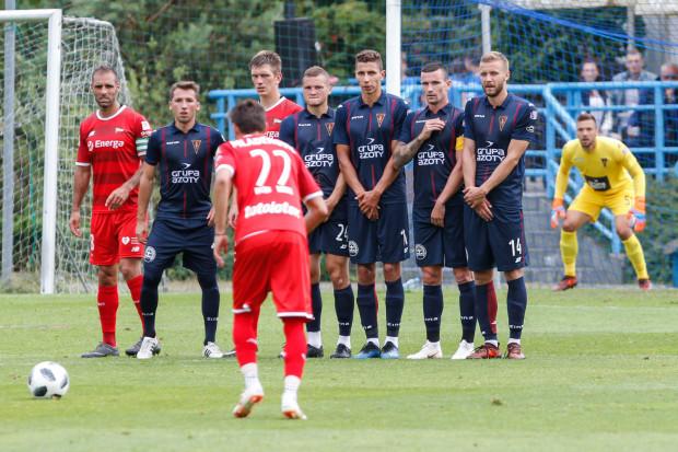 Filip Mladenović w trakcie wykonywania rzutu wolnego, który przyniósł Lechii pierwszą bramkę w meczu z Pogonią.