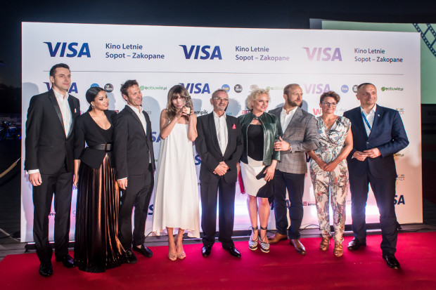 Laureatka Diamentowego Klapsa, Agnieszka Dygant wraz z organizatorami i przyjaciółmi festiwalu Visa Kino Letnie.