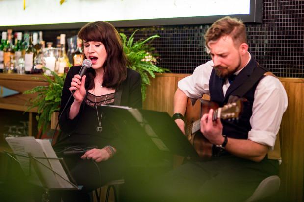 W restauracjach najczęściej występują soliści lub duety, które dobrze brzmią w kameralnych pomieszczeniach.