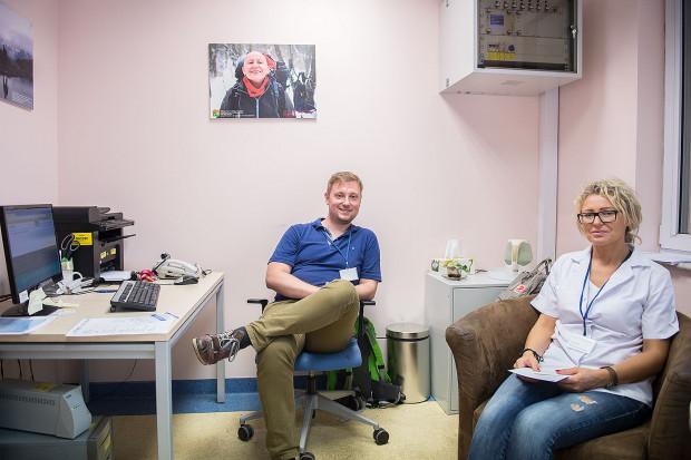 Michał Konieczny (wolontariusz) oraz Izabela Malicki (psycholog i psychoonkolog) podczas swojego dyżuru w punkcie informacji onkologicznej.
