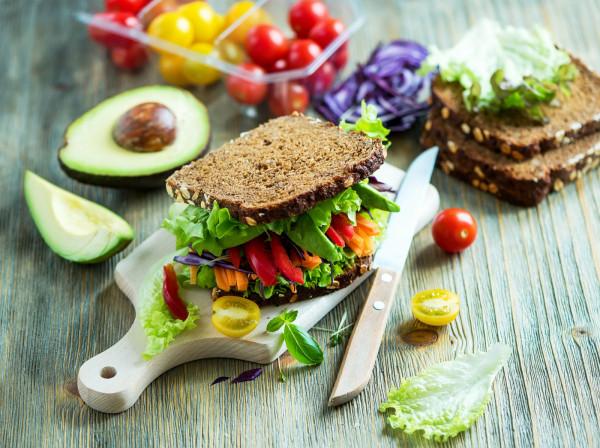 Zarówno zdrowa dieta, jak i regularne ćwiczenia usprawniają umysł i utrzymują dobrą kondycję mózgu.