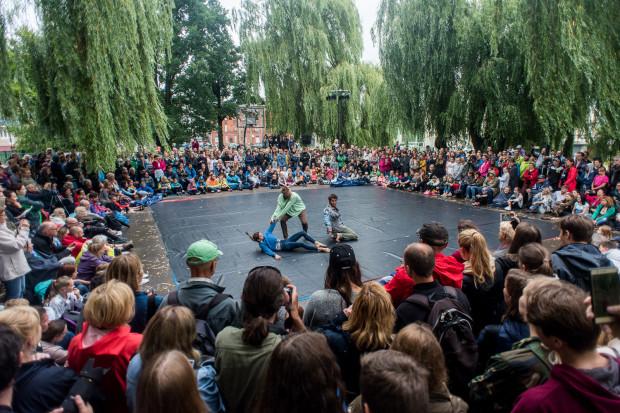 """Spektakularny taneczno-akrobacyjny show przygotowali tancerze formacji HURyCAN - """"Asuelto"""". Nim wystąpili, sami dokładnie osuszyli wykładzinę sceniczną."""