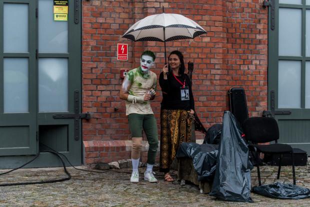 Najdłużej trzeba było czekać na występ klauna Godota z Portugalii. Ci jednak, którzy pomimo deszczy zostali na dziedzińcu ASP na pewno nie narzekali, bo skromny klaun dał popis kreatywnego współdziałania z publicznością.