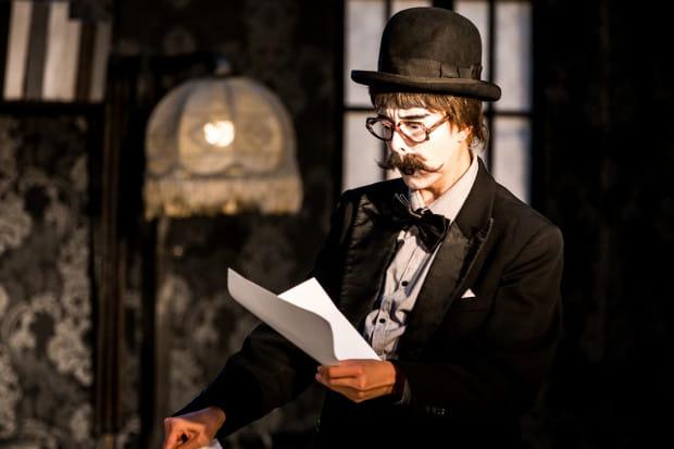 """Spektakl Teatru Pantomimy MIMO - """"W Niemym Kinie"""" - jako jedyny grany był jednocześnie dla widzów znajdujących się po dwóch stronach scenografii (z przodu i z tyłu)."""