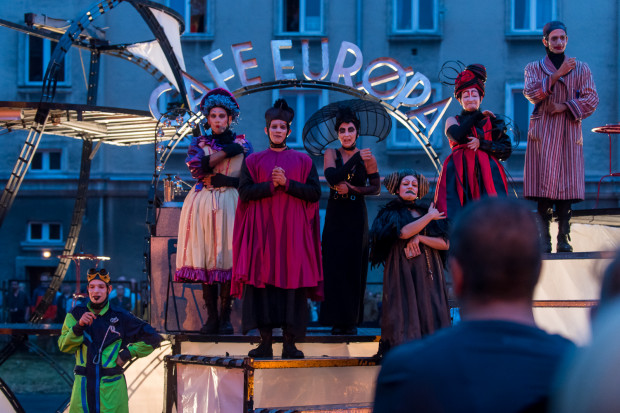 """Festiwal otworzył bardzo dobry spektakl Ondadurto Teatro z Włoch - """"Cafe Europa""""."""