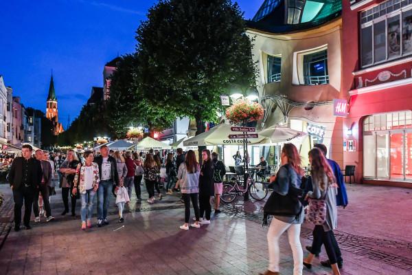 W weekendowe wieczory centrum Sopotu oblegają tłumy.