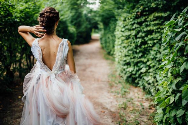Ślub to szczególny dzień, w którym każda kobieta chce znaleźć się w centrum uwagi. Kluczowym elementem jest dobór kreacji, która zachwyci nie tylko pana młodego.