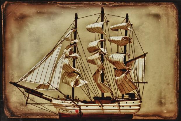 Miniaturowy drewniany model Daru Pomorza...