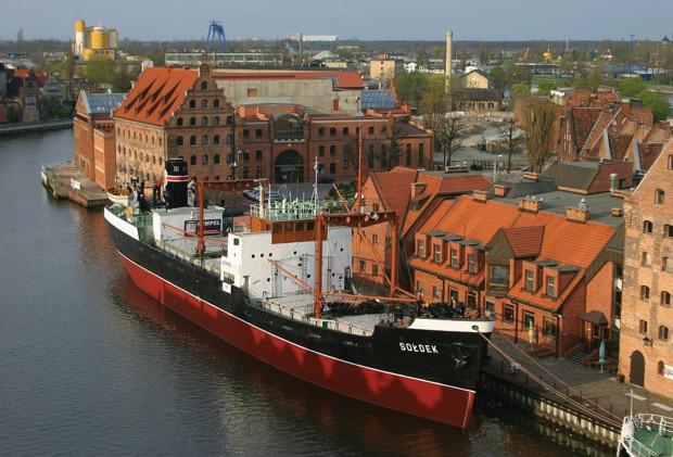 W wakacje możemy odbyć podróż statkiem, nie odbijając od brzegu - jedną z takich propozycji jest statek-muzeum Sołdek, który można zwiedzać codziennie.