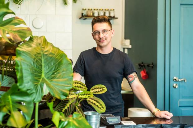 Właściciel Przelewek w branży kawowej pracuje od lat. W swojej kawiarni przygotowuje klasyczną i alternatywną kawę.