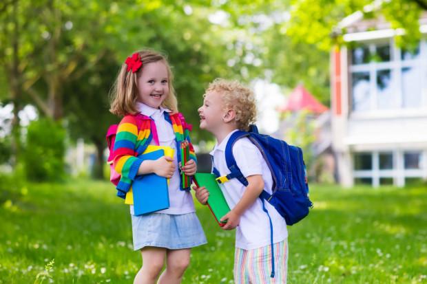 Sześciolatki dążą do kontaktu z innymi dziećmi. Są w stanie zorganizować sobie różnorodne zabawy, w tym zabawy tematyczne i ruchowe.