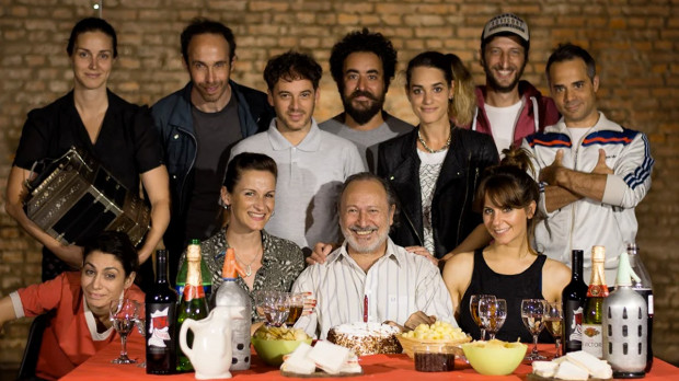 """Po raz pierwszy na Festiwal Szekspirowskiej przyjedzie spektakl z Argentyny - będzie nim """"La Fiesta del Viejo"""" grupy o tej nazwie, przybliżająca historię znaną z """"Króla Leara"""". Zobaczymy go 28 lipca na Scenie Kameralnej Teatru Wybrzeże."""