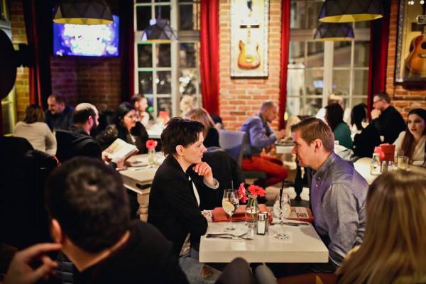 Do późnych godzin obsłużeni przy stoliku będziemy również w Hard Rock Cafe.
